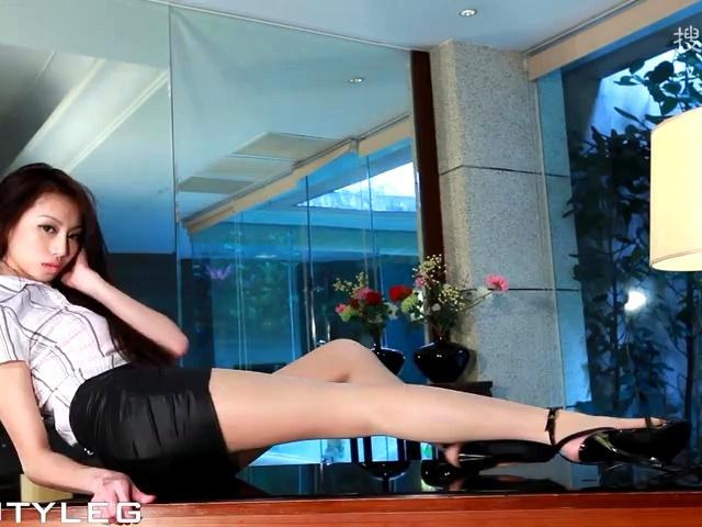 Luffy美腿写真HD152 女秘书OL新职员在上司办公桌上玩性感诱惑在线免费观看