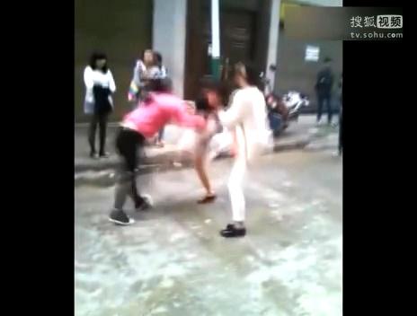 女生打架视频_又遇小学女生打架…裙子内裤全被蹬掉!瞬间哥就没把持住