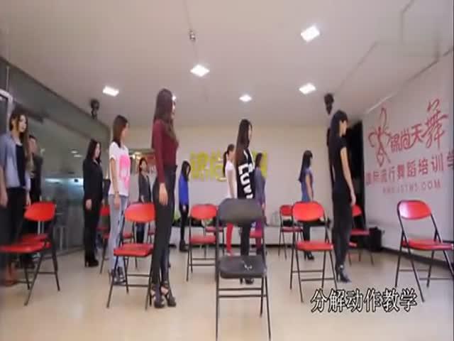 【美女自拍】 美女老师教妹子们跳性感凳子舞