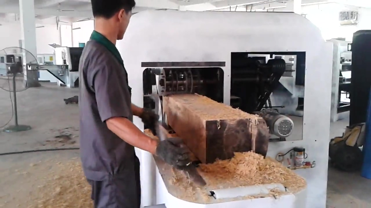 木工机械20-40圆木多片锯视频中间开一个大方