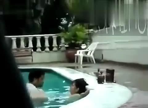 实拍情侣游泳池内上演