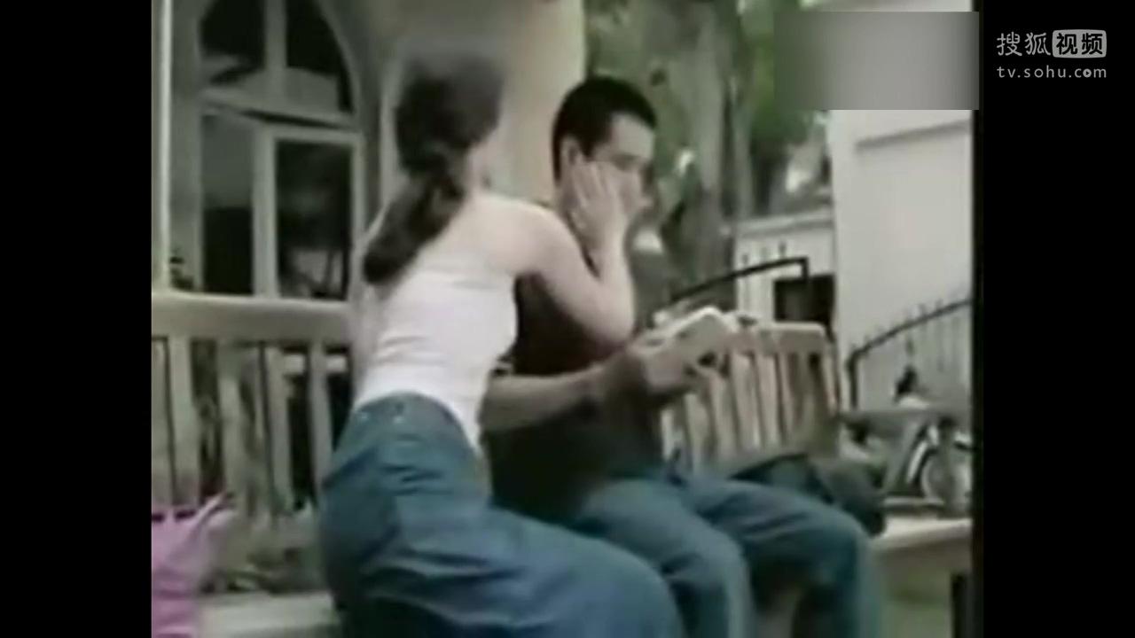 搞笑视频:美女想摸帅哥的方