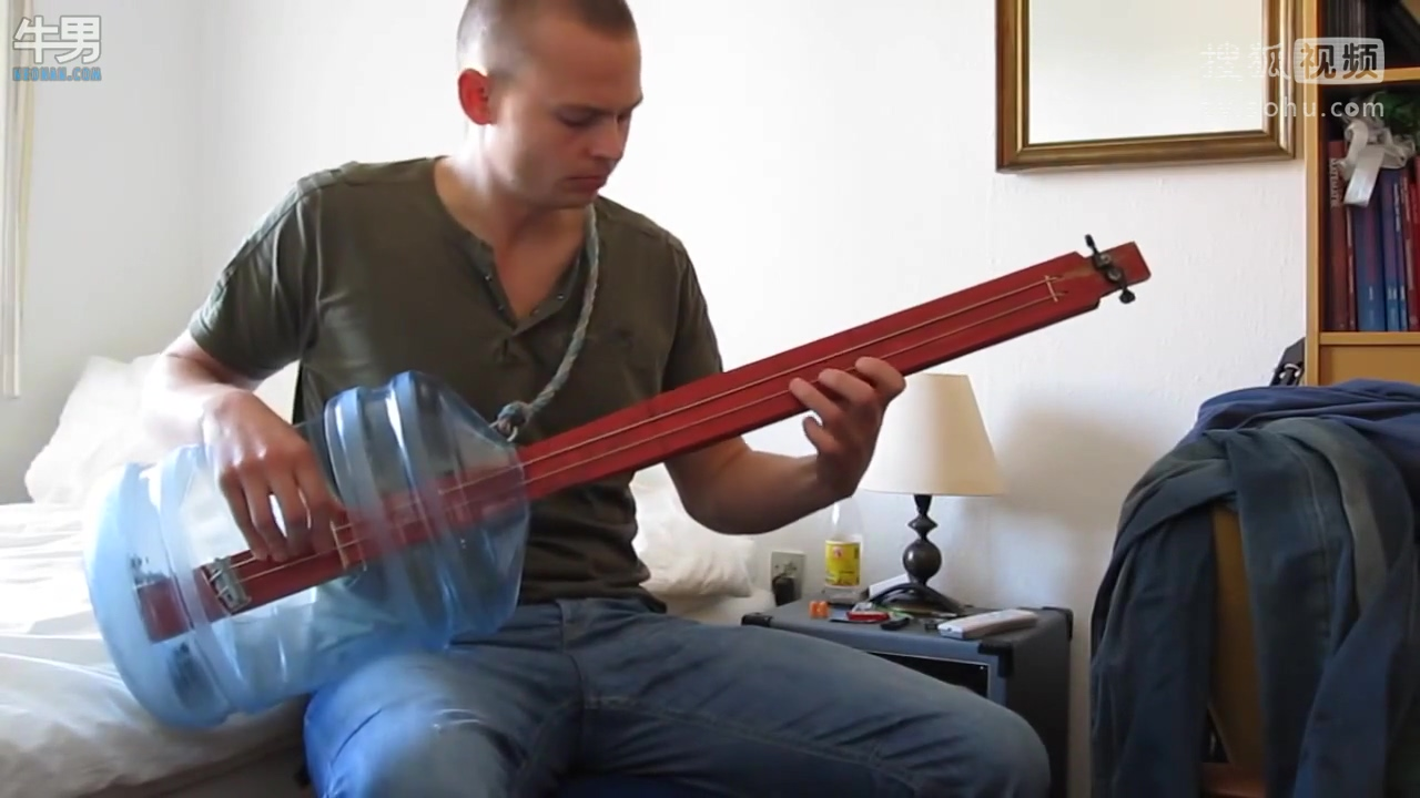 国外神人用水桶跟木棒自制低音吉他