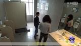 【独播】一女子为偷窥竟在公厕伸舌头?